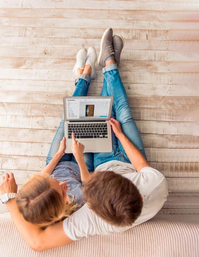 2 Leute auf Sofa mit Laptop